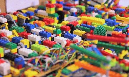 Regardez cette machine LEGO ultra complexe jouer de la musique électronique à la perfection