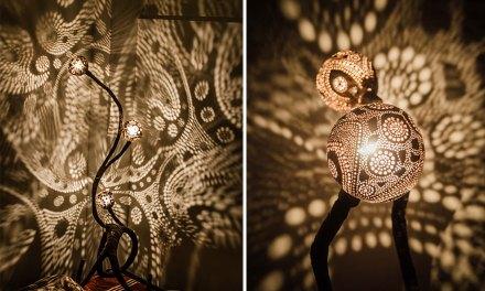 Il crée des lampes magnifiques avec des noix de coco!