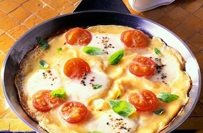 Omelette aux tomates et à la mozzarella