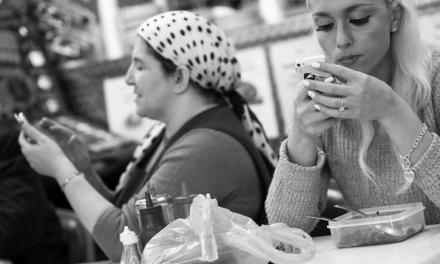 Ce photographe londonien capture notre addiction aux smartphones avec une série de clichés en noir et blanc… Voilà qui est révélateur !