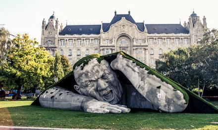 Budapest: Avez-vous déjà vu un géant sortir d'un gazon ?