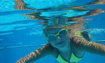 Mal aux oreilles à force de mettre la tête sous l'eau en été? Voici une astuce de grand-mère!