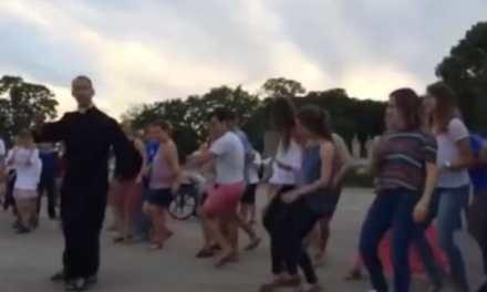 JMJ 2016 : Un prêtre fait le buzz avec sa danse complètement folle