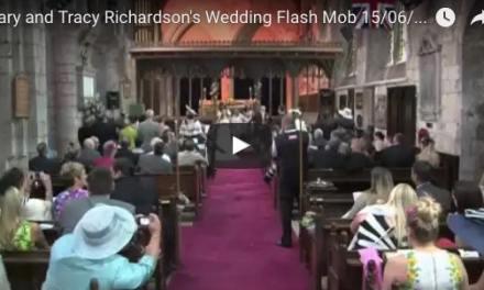 Les mariés se retournent pendant la cérémonie – leur surprise inattendue s'est répandue à travers le monde