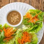 Wraps poulet-quinoa-salade sauce à la cacahuète