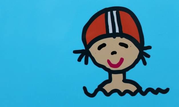 Enfiler un bonnet de bain à votre enfant: mode d'emploi!