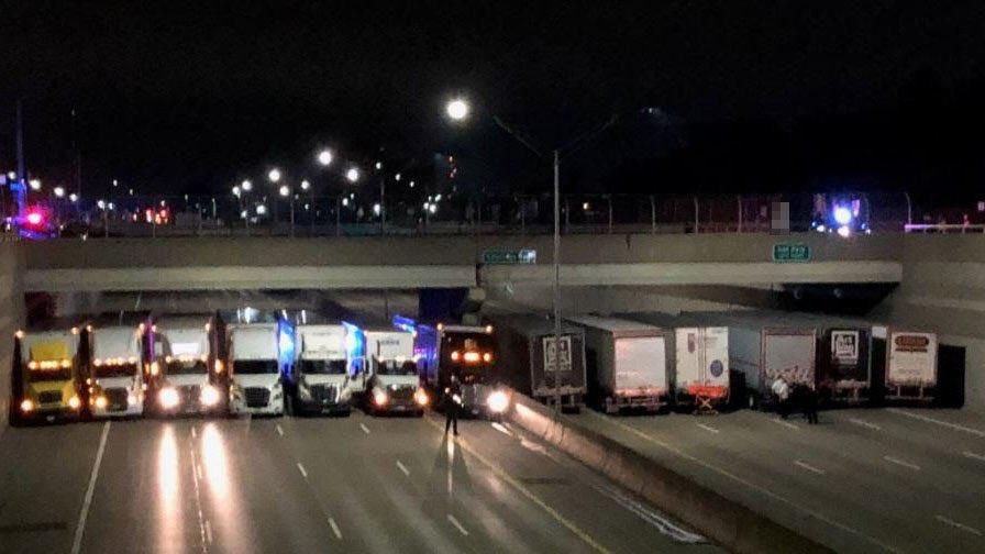 Etats-Unis: 13 camions s'alignent sur l'autoroute pour empêcher un homme de se jeter d'un pont aux États-Unis
