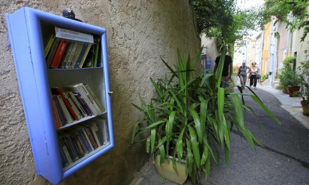 """Hyères: Les """"boîtes à livres"""" se multiplient dans les rues varoises pour lutter contre l'illettrisme et partager le savoir"""