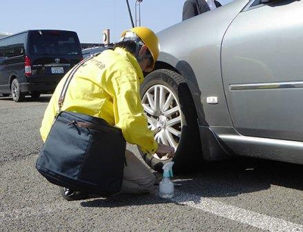 半数近くがタイヤ空気圧不足に サービスエリアで点検活動
