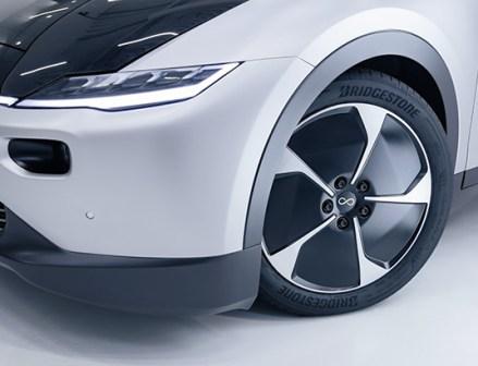 ブリヂストンの「ENLITEN」タイヤ 世界初の太陽光発電型EVに採用