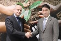 前社長のペリニオ氏と須藤新社長(右)