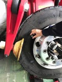 センサーをタイヤの内部に投げ入れるだけで作業は完了する
