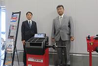 松葉広域部長(左)と上原支店長