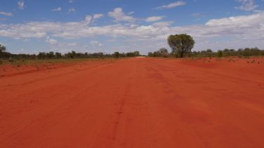 Rode zandweg in Australië in the red centre