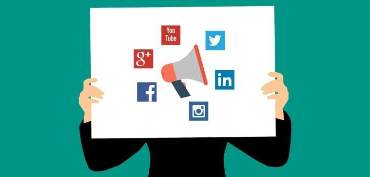 Social media icoontjes op een wit doek dat word vastgehouden