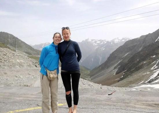 Lisa Drengemann (rechts) aus Blütlingen und Thea Clasen aus Salzwedel haben während ihres Schulprojektes Herausforderung die Alpen in sechs Tagen zu Fuß überquert.