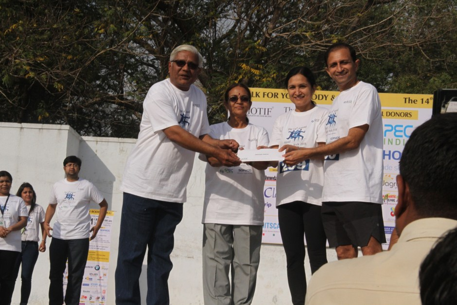 Raju-Deepti being awarded at Motif Charity Walk