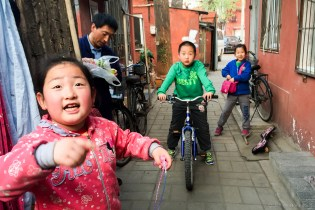 In the alleyway where my friend's apartmen was, there were always these fun kids playing around. Fun making friends! Beijing housing subdivisions, although some more rundown than others, almost always seem like safe, fun, community-oriented places.