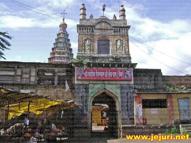 pali temple gate