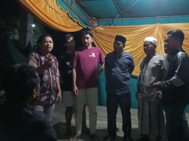 Bunyamin beserta warga kampung Alur Bemban