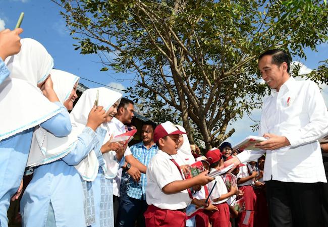 Kunker ke Aceh, Jokowi Hadiri Kenduri Kebangsaan dan Serahkan Sertifikat Hak Atas Tanah