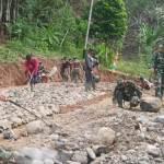 Tak Hanya Anggota Satgas, Warga Di Lokasi TMMD Ikut Pecahkan Batu
