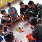 Satgas TMMD Kodim 0212/Tapsel Ajarkan Seni Origami Kepada Anak-anak