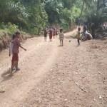 Senyuman Anak-anak SD Terpancar,Nikmati Jalan Baru TMMD Kodim 0212/TS