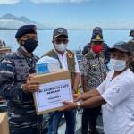TNI AL Bagikan Sembako Bagi Masyarakat Pesisir Pantai