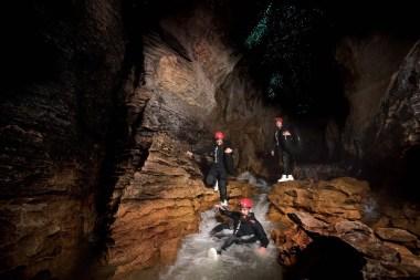 Saut dans la rivière souterraine Waitomo
