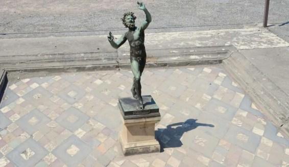 Statue de bronze dans l'atrium, Pompei, Italie