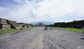 Allée principale de Teotihuacan vers le temple de la Lune