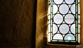 Lumière à travers les vitraux de l'église
