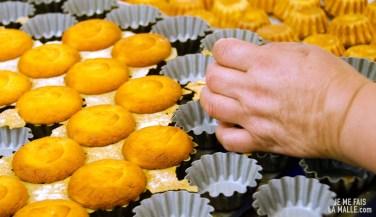 Démoulage des queijadas à la sortie du four