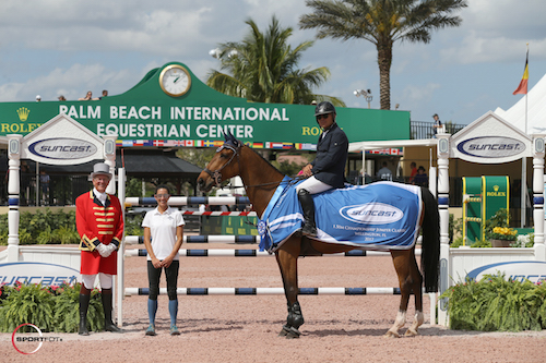 Samuel Parot and Quick du Pottier in their winning presentation with ringmaster Steve Rector and Lauren Tisbo of Suncast®.