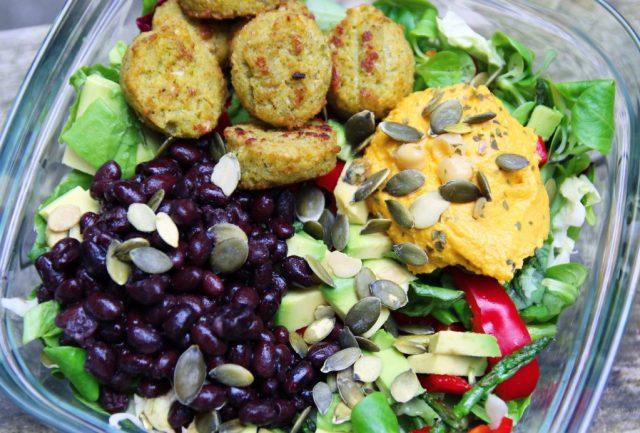 Salade met falafel & pompoenhummus