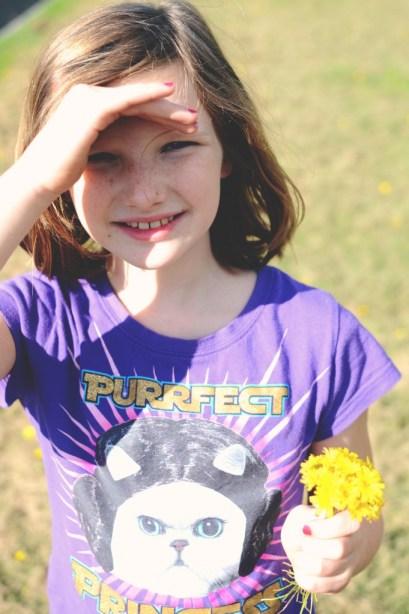 Little girl with dandelion bouquet. She looks sweet... via @jennyonthespot