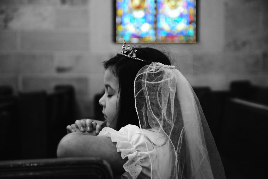 praying-communion-stained-glass-window