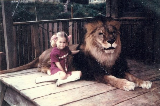 """1974: """"Karla"""" sits with Major the Lion"""