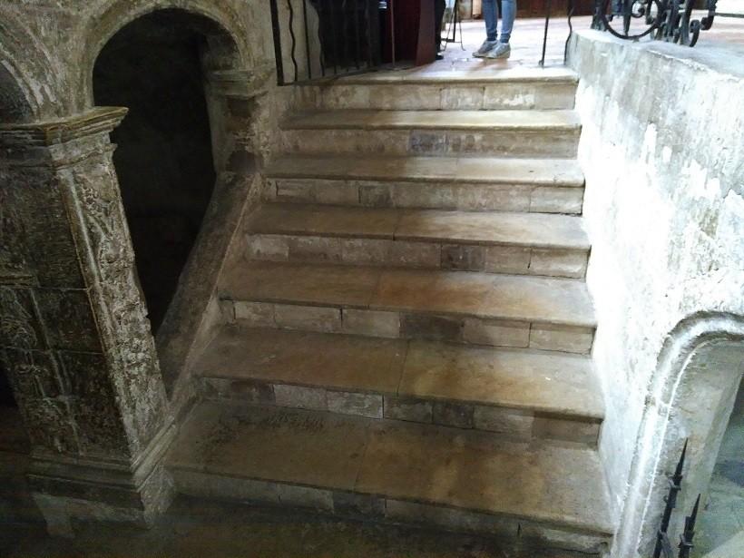 escaliers acces crypte basilique sainte-marie-madeleine saint maximin