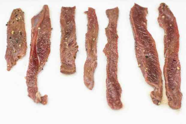 deer jerky strips pat dry on paper towels