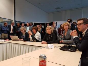 De voorzitter van de auditcommissie geeft het team in Groningen de feedback van de audit