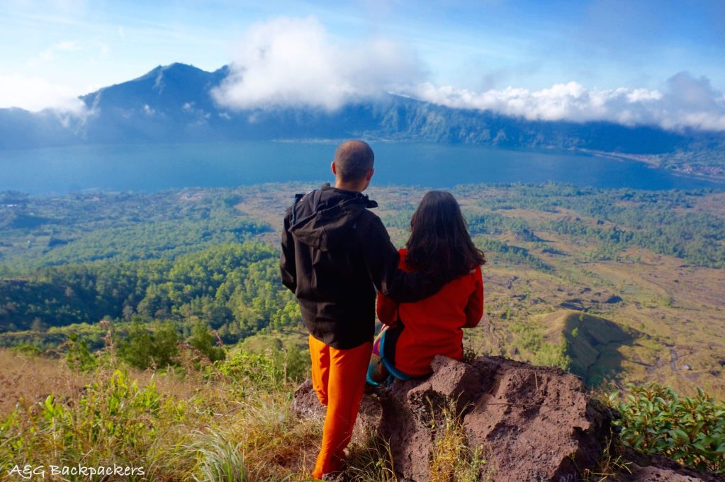 The lake view is breath taking from the top of the Batur volcano - La vue du lac est magique du haut du Mont Batur