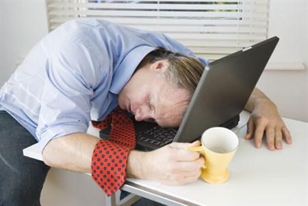 zasypiam nad biurkiem