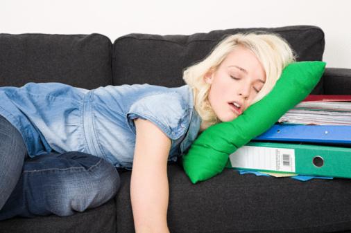 studentka śpi nauka przez sen drzemka jestesmyfajni