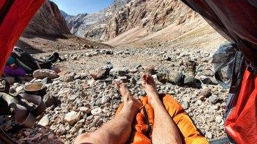 Podczas podróży, robił zdjęcia nogom wystającym z namiotu!