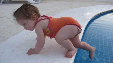 Mała wchodzi do basenu
