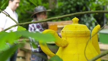 Z pozoru to zwykły żółty czajnik… Jak się dowiesz, przez kogo został wykonany, zaniemówisz z wrażenia!