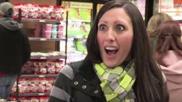 Była w szoku, gdy mężczyzna w sklepie pokazał jej język… Gdy go zobaczysz, nie będziesz mógł uwierzyć własnym oczom!