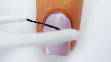 Pomalowała paznokieć, a potem przyłożyła do niego nić dentystyczną. Nie sądziłam, że dzięki temu można uzyskać coś tak efektownego